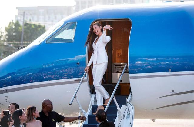 Vừa đăng quang, Hoa hậu Hoàn vũ 2018 đã được đại gia Philippines đón về nước bằng phi cơ riêng với dịch vụ siêu sang - Ảnh 3.