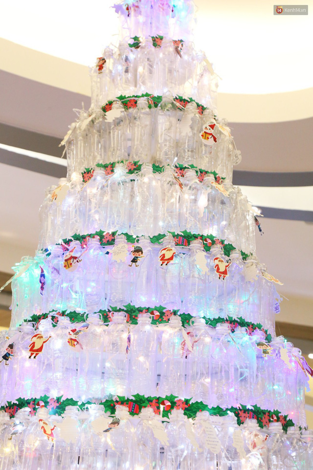 Những điều ước giản đơn trên cây thông Noel làm bằng vỏ chai nhựa ở Sài Gòn: Con ước ba mẹ sẽ không cãi nhau nữa... - Ảnh 2.