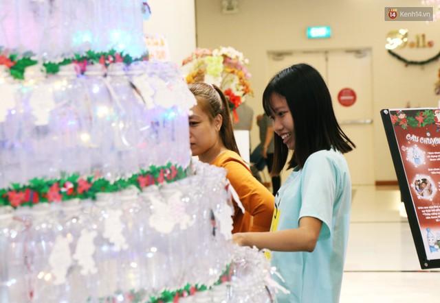 Những điều ước giản đơn trên cây thông Noel làm bằng vỏ chai nhựa ở Sài Gòn: Con ước ba mẹ sẽ không cãi nhau nữa... - Ảnh 12.