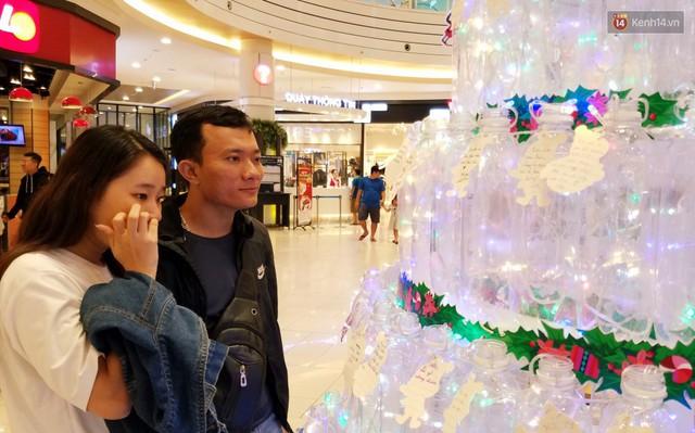 Những điều ước giản đơn trên cây thông Noel làm bằng vỏ chai nhựa ở Sài Gòn: Con ước ba mẹ sẽ không cãi nhau nữa... - Ảnh 13.