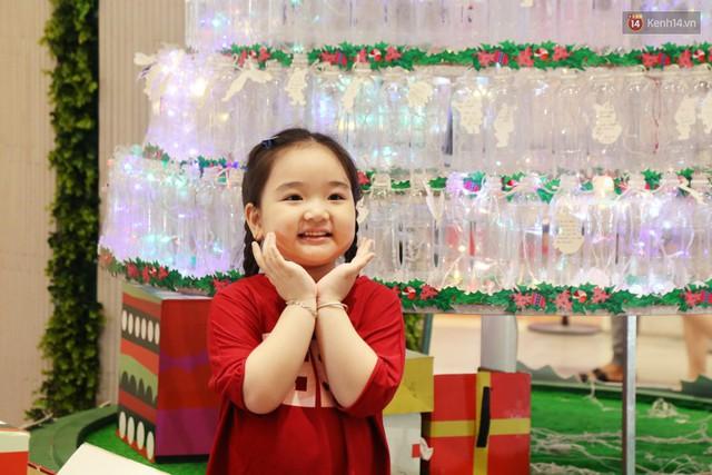 Những điều ước giản đơn trên cây thông Noel làm bằng vỏ chai nhựa ở Sài Gòn: Con ước ba mẹ sẽ không cãi nhau nữa... - Ảnh 3.