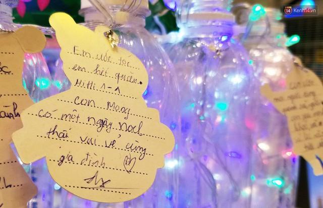 Những điều ước giản đơn trên cây thông Noel làm bằng vỏ chai nhựa ở Sài Gòn: Con ước ba mẹ sẽ không cãi nhau nữa... - Ảnh 4.
