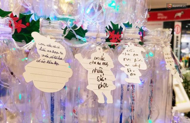 Những điều ước giản đơn trên cây thông Noel làm bằng vỏ chai nhựa ở Sài Gòn: Con ước ba mẹ sẽ không cãi nhau nữa... - Ảnh 9.