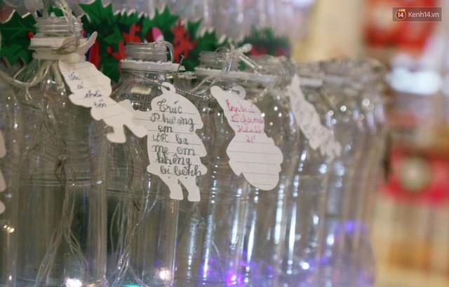 Những điều ước giản đơn trên cây thông Noel làm bằng vỏ chai nhựa ở Sài Gòn: Con ước ba mẹ sẽ không cãi nhau nữa... - Ảnh 10.