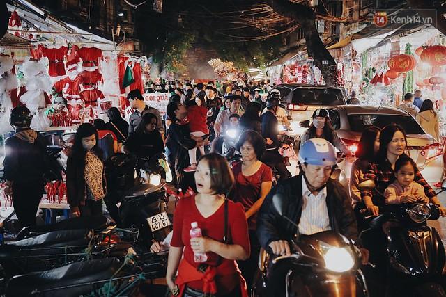 Tranh thủ cuối tuần, người Sài Gòn và Hà Nội ùn ùn đổ lên trung tâm để vui chơi trước thềm Giáng sinh - Ảnh 1.