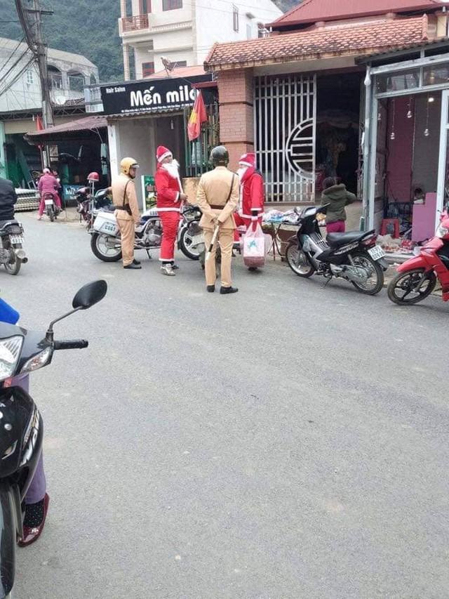 Loạt ảnh Giáng sinh hài hước: Ông già Noel gặp rắc rối trên đường phát quà - Ảnh 2.