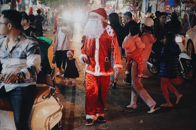Tranh thủ cuối tuần, người Sài Gòn và Hà Nội ùn ùn đổ lên trung tâm để vui chơi trước thềm Giáng sinh - Ảnh 12.