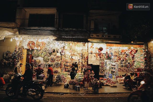 Tranh thủ cuối tuần, người Sài Gòn và Hà Nội ùn ùn đổ lên trung tâm để vui chơi trước thềm Giáng sinh - Ảnh 14.