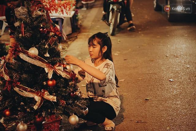 Tranh thủ cuối tuần, người Sài Gòn và Hà Nội ùn ùn đổ lên trung tâm để vui chơi trước thềm Giáng sinh - Ảnh 15.