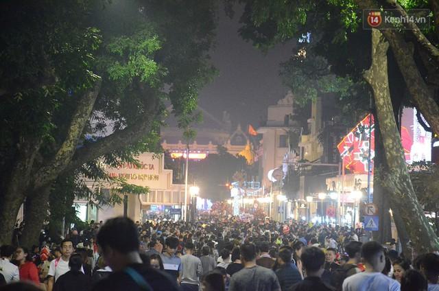 Tranh thủ cuối tuần, người Sài Gòn và Hà Nội ùn ùn đổ lên trung tâm để vui chơi trước thềm Giáng sinh - Ảnh 19.