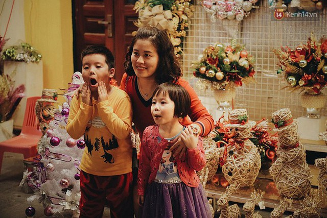 Tranh thủ cuối tuần, người Sài Gòn và Hà Nội ùn ùn đổ lên trung tâm để vui chơi trước thềm Giáng sinh - Ảnh 3.