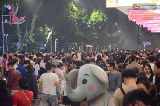 Tranh thủ cuối tuần, người Sài Gòn và Hà Nội ùn ùn đổ lên trung tâm để vui chơi trước thềm Giáng sinh - Ảnh 21.