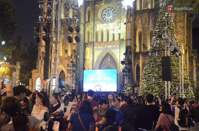 Tranh thủ cuối tuần, người Sài Gòn và Hà Nội ùn ùn đổ lên trung tâm để vui chơi trước thềm Giáng sinh - Ảnh 22.