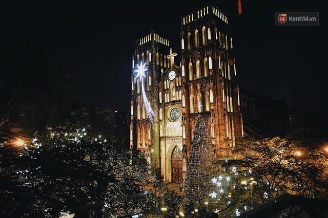 Tranh thủ cuối tuần, người Sài Gòn và Hà Nội ùn ùn đổ lên trung tâm để vui chơi trước thềm Giáng sinh - Ảnh 23.