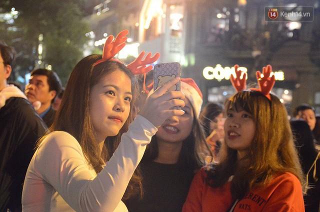 Tranh thủ cuối tuần, người Sài Gòn và Hà Nội ùn ùn đổ lên trung tâm để vui chơi trước thềm Giáng sinh - Ảnh 26.