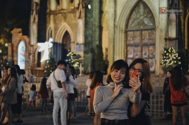 Tranh thủ cuối tuần, người Sài Gòn và Hà Nội ùn ùn đổ lên trung tâm để vui chơi trước thềm Giáng sinh - Ảnh 27.