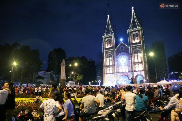 Tranh thủ cuối tuần, người Sài Gòn và Hà Nội ùn ùn đổ lên trung tâm để vui chơi trước thềm Giáng sinh - Ảnh 28.