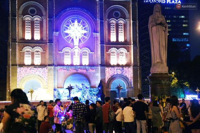 Tranh thủ cuối tuần, người Sài Gòn và Hà Nội ùn ùn đổ lên trung tâm để vui chơi trước thềm Giáng sinh - Ảnh 29.