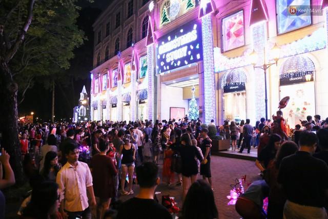 Tranh thủ cuối tuần, người Sài Gòn và Hà Nội ùn ùn đổ lên trung tâm để vui chơi trước thềm Giáng sinh - Ảnh 30.