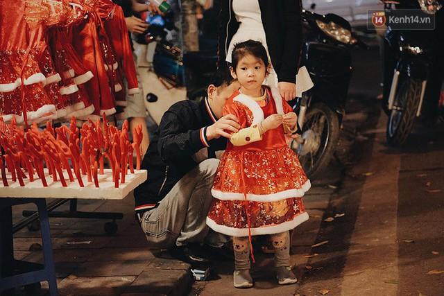Tranh thủ cuối tuần, người Sài Gòn và Hà Nội ùn ùn đổ lên trung tâm để vui chơi trước thềm Giáng sinh - Ảnh 4.