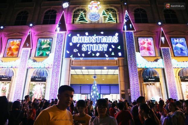 Tranh thủ cuối tuần, người Sài Gòn và Hà Nội ùn ùn đổ lên trung tâm để vui chơi trước thềm Giáng sinh - Ảnh 31.