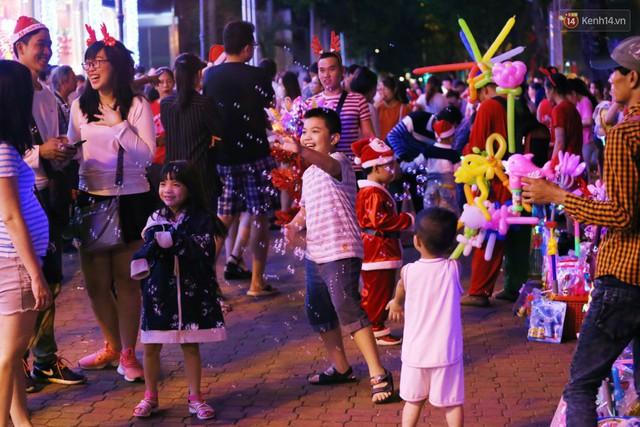 Tranh thủ cuối tuần, người Sài Gòn và Hà Nội ùn ùn đổ lên trung tâm để vui chơi trước thềm Giáng sinh - Ảnh 33.
