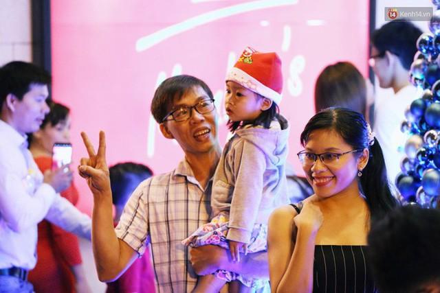 Tranh thủ cuối tuần, người Sài Gòn và Hà Nội ùn ùn đổ lên trung tâm để vui chơi trước thềm Giáng sinh - Ảnh 34.