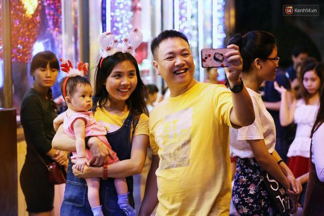 Tranh thủ cuối tuần, người Sài Gòn và Hà Nội ùn ùn đổ lên trung tâm để vui chơi trước thềm Giáng sinh - Ảnh 35.