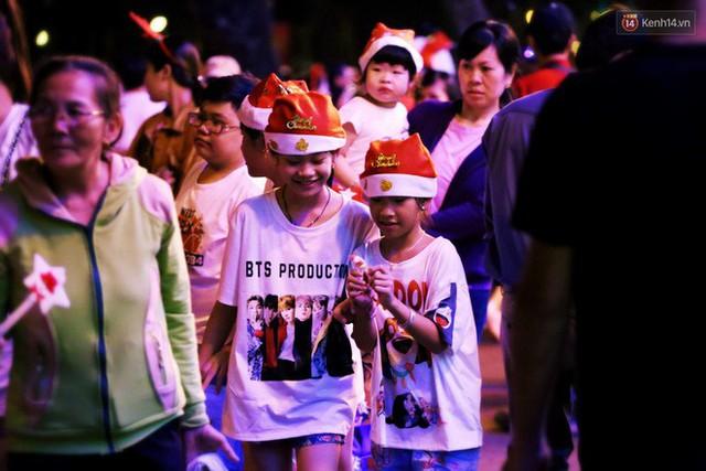 Tranh thủ cuối tuần, người Sài Gòn và Hà Nội ùn ùn đổ lên trung tâm để vui chơi trước thềm Giáng sinh - Ảnh 36.