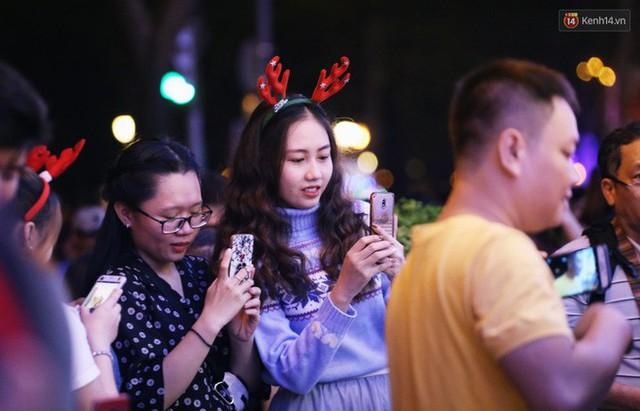 Tranh thủ cuối tuần, người Sài Gòn và Hà Nội ùn ùn đổ lên trung tâm để vui chơi trước thềm Giáng sinh - Ảnh 38.