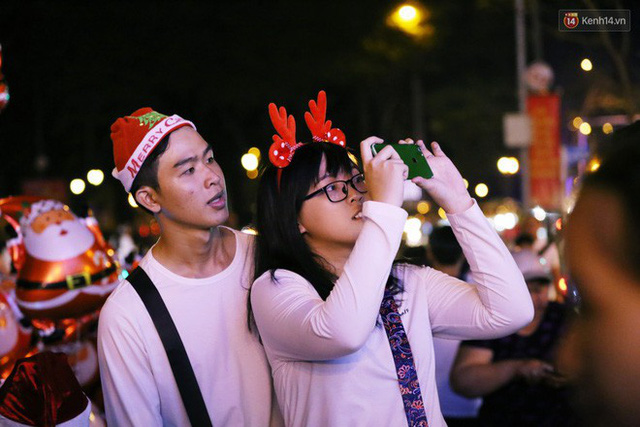 Tranh thủ cuối tuần, người Sài Gòn và Hà Nội ùn ùn đổ lên trung tâm để vui chơi trước thềm Giáng sinh - Ảnh 39.