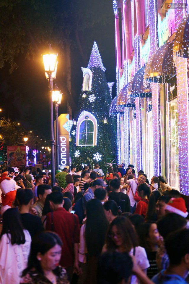 Tranh thủ cuối tuần, người Sài Gòn và Hà Nội ùn ùn đổ lên trung tâm để vui chơi trước thềm Giáng sinh - Ảnh 40.