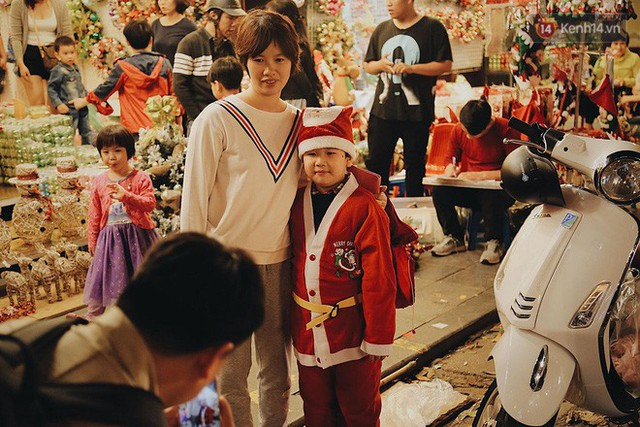 Tranh thủ cuối tuần, người Sài Gòn và Hà Nội ùn ùn đổ lên trung tâm để vui chơi trước thềm Giáng sinh - Ảnh 5.