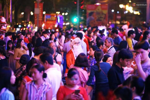 Tranh thủ cuối tuần, người Sài Gòn và Hà Nội ùn ùn đổ lên trung tâm để vui chơi trước thềm Giáng sinh - Ảnh 41.