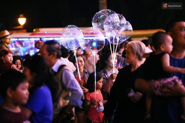 Tranh thủ cuối tuần, người Sài Gòn và Hà Nội ùn ùn đổ lên trung tâm để vui chơi trước thềm Giáng sinh - Ảnh 42.