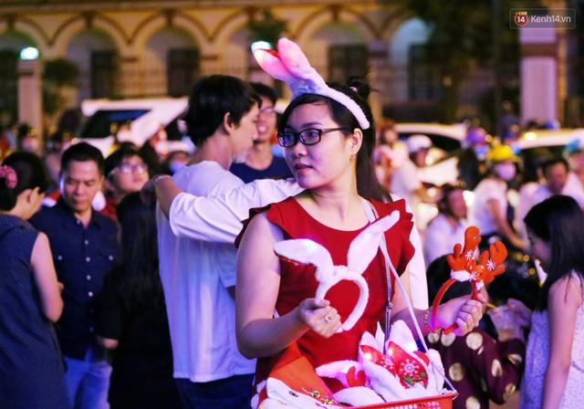Tranh thủ cuối tuần, người Sài Gòn và Hà Nội ùn ùn đổ lên trung tâm để vui chơi trước thềm Giáng sinh - Ảnh 43.