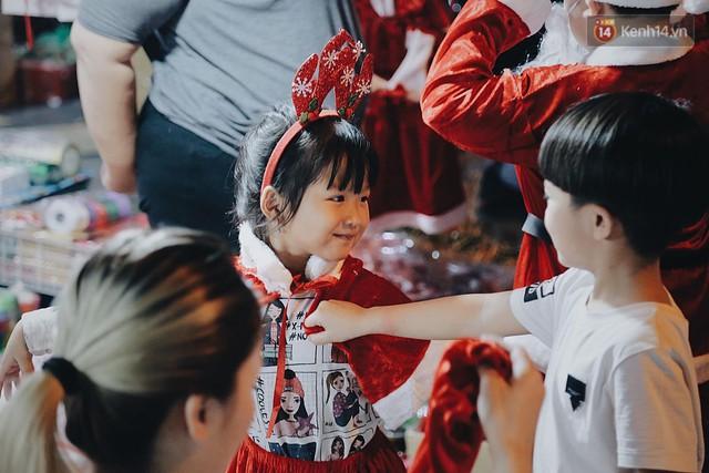 Tranh thủ cuối tuần, người Sài Gòn và Hà Nội ùn ùn đổ lên trung tâm để vui chơi trước thềm Giáng sinh - Ảnh 6.