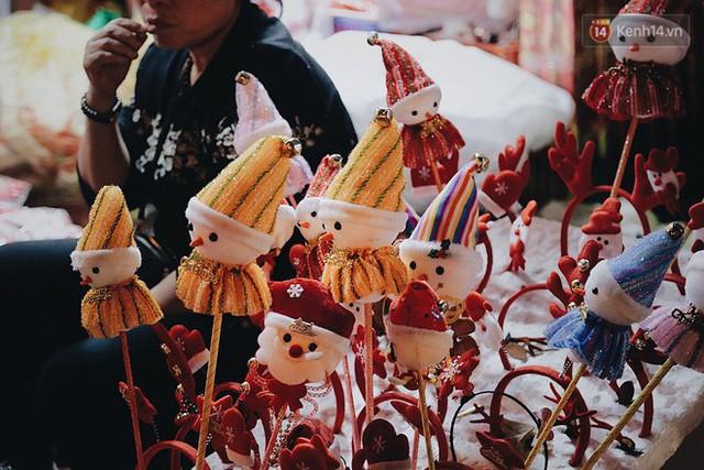 Tranh thủ cuối tuần, người Sài Gòn và Hà Nội ùn ùn đổ lên trung tâm để vui chơi trước thềm Giáng sinh - Ảnh 10.