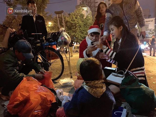 Hình ảnh cầu thủ Xuân Mạnh chống nạng tặng quà Noel cho những số phận khó khăn trên phố Hà Nội khiến nhiều người ấm lòng - Ảnh 4.