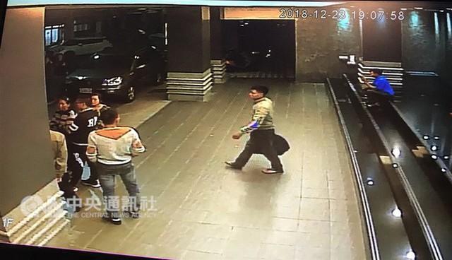 Hình ảnh đầu tiên được cho là nhóm khách Việt nghi bỏ trốn ở Đài Loan: Vào khách sạn chưa đầy 1 tiếng đã xách vali ra - Ảnh 1.