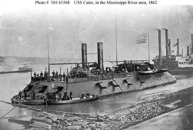 Tàu chiến Mỹ đầu tiên bị đánh đắm bởi một chiếc bình thủy tinh 19 lít - Ảnh 2.