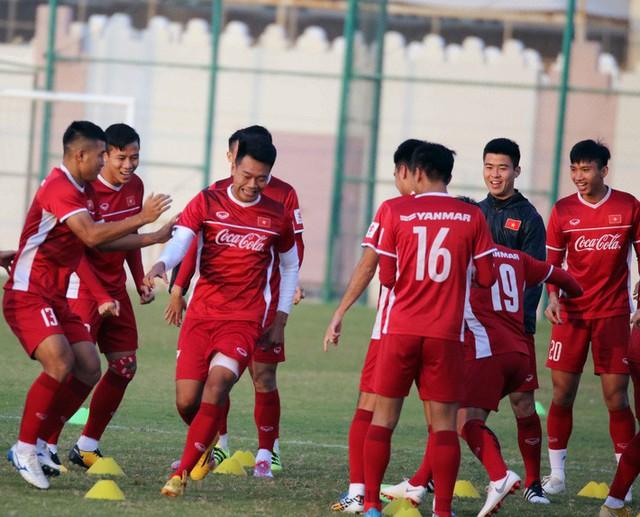 Công Phượng cùng đồng đội cười tươi hết cỡ trong buổi tập đầu trên đất Qatar - Ảnh 1.
