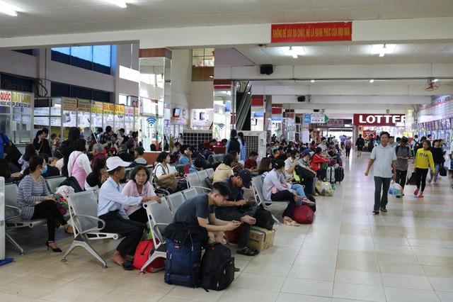 Đông nghẹt người đi nghỉ Tết Dương lịch, nhiều tuyến đường TP HCM kẹt cứng - Ảnh 4.