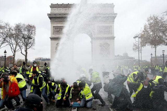 Nguyên nhân chính khiến Paris chìm trong bạo loạn: Tổng thống trẻ tuổi Emanuel Macron? - Ảnh 2.