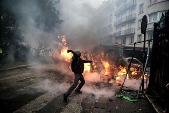 Khải Hoàn Môn huyền thoại chìm trong khói lửa và đổ vỡ sau cuộc biểu tình lớn nhất thập kỷ ở Paris - Ảnh 12.