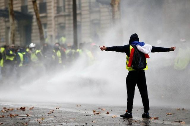 Khải Hoàn Môn huyền thoại chìm trong khói lửa và đổ vỡ sau cuộc biểu tình lớn nhất thập kỷ ở Paris - Ảnh 13.