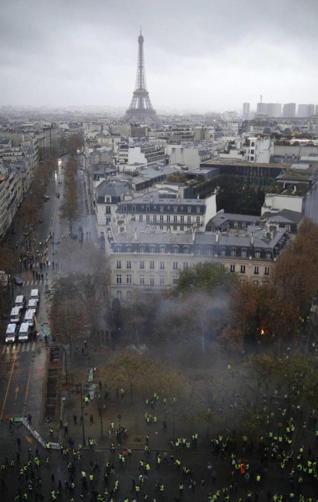 Khải Hoàn Môn huyền thoại chìm trong khói lửa và đổ vỡ sau cuộc biểu tình lớn nhất thập kỷ ở Paris - Ảnh 15.