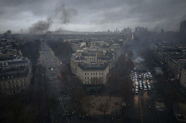 Khải Hoàn Môn huyền thoại chìm trong khói lửa và đổ vỡ sau cuộc biểu tình lớn nhất thập kỷ ở Paris - Ảnh 16.