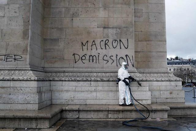 Khải Hoàn Môn huyền thoại chìm trong khói lửa và đổ vỡ sau cuộc biểu tình lớn nhất thập kỷ ở Paris - Ảnh 3.