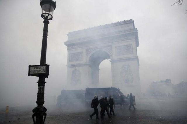 Khải Hoàn Môn huyền thoại chìm trong khói lửa và đổ vỡ sau cuộc biểu tình lớn nhất thập kỷ ở Paris - Ảnh 22.